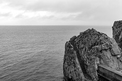 stairs to nowhere (Satirenoir) Tags: castrourdiales ocean atlanticocean water overcast raining spain espana cantabria rocky cliff monochrome blackandwhite horizon