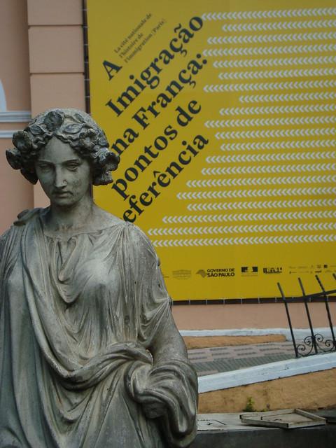 Estátua no jardim do memorial do imigrante
