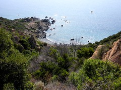 Sur le sentier de crête du Capu Neru : la descente vers la crique