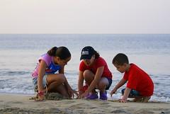 El mar (IVANDIAZ31) Tags: sea children mar sand juegos games niños arena dig olas hermanos manzanillo espuma cavar convivir