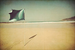 San Sebastian - Flag in the wind (manlio_k) Tags: sea texture beach canon spain mare wind flag vignetting sansebastian 400d