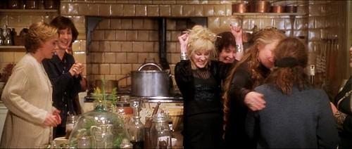 practicalmagic_kitchen_friendsover