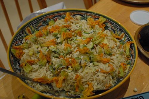 Pasta con zucchine, fiori e ricotta