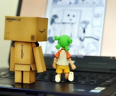 Reading their comics online (Violet Kashi) Tags: japan toy robot nikon comic dof manga yotsuba danbo d90 nikkor50mm revoltech   kiyohikoazuma  violetkashi