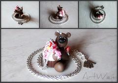 Colgante osito goloso / Ciondolo orsetto goloso (ArtWen) Tags: oso cupcake helado colgante orsetto ciondolo porcelanafria pastadimais artwen gelatopicnik