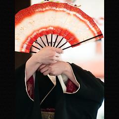 (Masahiro Makino) Tags: girl japan female digital photoshop japanese fan kyoto olympus maiko adobe 京都 日本 70300mm zuiko folding yasakashrine lightroom 八坂神社 squidfingers e500 扇子 f456 舞妓 20090202000000e50084ls640p