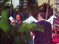 Sawyer (James Ford played by Josh Holloway) behind a green plant with Carlton Cuse (co-creator) (kalihikahuna74 (Ryukyu Khan or Okinawa808)) Tags: lost jj cast crew abc abrams jackbender jeanhiggins jjabrams damonlindelof carltoncuse