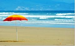 DSC01607_DIAS DE SOL (JESSENIA VLEZ BONILLAPHOTOGRAPHY) Tags: mar ecuador playa arena parasol cielo nubes sombrilla olas sudamrica montecristi manab playasanjos