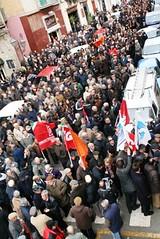 Il corteo di manifestanti davanti al Comune 09022010