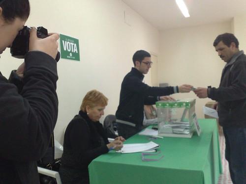 Votant estranger fotografiat pel diari El Punt