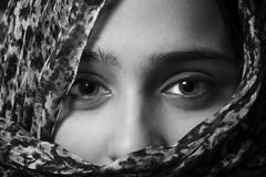 Raquel (benitojuncal) Tags: portrait white black blanco ex canon retrato negro sigma os raquel 200 18 pontevedra 580 50d strobist afgana