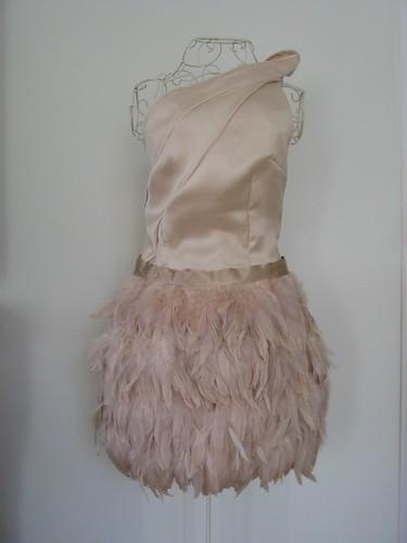 Falda plumas y top lazada nude cristina piñak