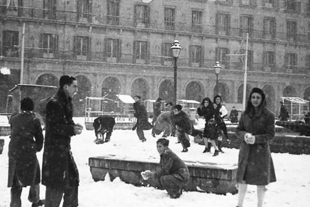 Guerra de bolas en la Plaza Mayor en 1945