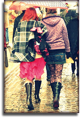 Sous la pluie d'Avril (Pemi Serarols) Tags: girls panties botes calle boots retro chicas rue miniskirt pantyhose carrer stree filles medias botas candidphoto stolenshot minifalda photoderue streetfoto noies fotorobada mitges minijupe photovolée pemisera minifaldilla fotodecarrer