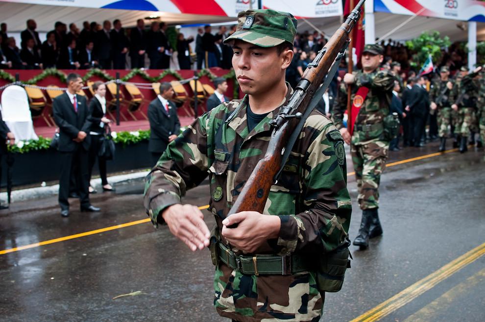 Un soldado del Comando de Comunicaciones encabeza a la compañía mientras pasa marchando frente al palco principal.  (Elton Núñez - Asunción, Paraguay)