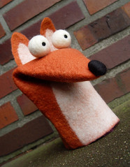Friedel R. Fuchs (Flocks&Klacks) Tags: red brown wool puppet handmade ooak felt merino fox feltro fuchs handpuppet filz wolle wetfelting kunsthandwerk handpuppe wetfelted wetfelt mrchenwolle dawanda reineke reinekefuchs nassfilz