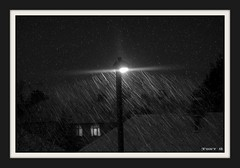 Midnight Snow (The Stig 2009) Tags: white snow black london night streetlight rooftops o sony tony midnight lit 2009 nite dsc stig t200 thestig instantfav tonyo thestig2009