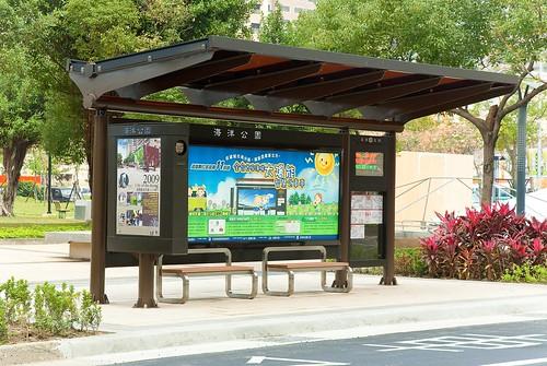 全台首座薄膜太陽能智慧公車亭