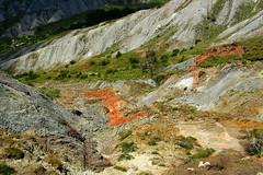 ammassi e vene di limonite terrosa rossastra nelle formazioni argillose presenti sui pendii a sud di sasso simone RN