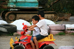 20091108_9718 (Yiwen103) Tags: 內灣 露營 尖石 卡丁車 櫻花谷 碰碰船 踏踏球