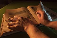 L'ATMOSFERA E L'AVVENENZA DI UN LIBRO ANTICO (DISAMISTADE_my life is a reportage!) Tags: light stilllife hands mani luce oldbook libroantico