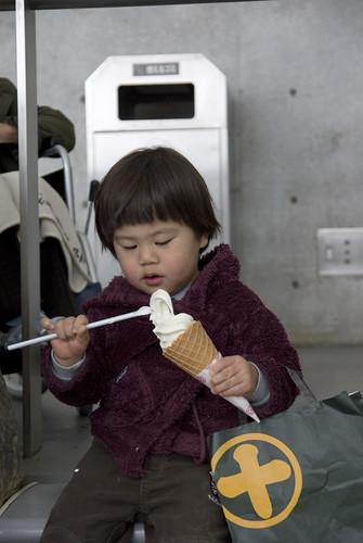寒いのにソフトクリームを要求。食べるのが遅いのでダラダラ垂れてきます。