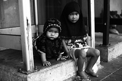Sukhumvit Soy 3 (N A Y E E M) Tags: street girls kids sisters digital children thailand phonebooth bangkok muslim streetphotography footpath canonef50mmf14usm bwconversion canoneos5d nayeemkalam sukhumvitsoy3