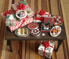 Christmas in Miniature - Present Table (PetitPlat - Stephanie Kilgast) Tags: christmas food doll cookie gingerbread noel polymerclay fimo minifood dollhouse dollshouse miniaturefood weihnachtem petitplat stephaniekilgast