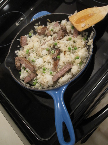 Stir-fried rice with onions, peas and steak