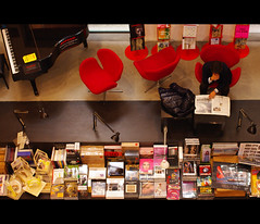 (It's Stefan) Tags: italien people italy lesen reading italia leer books aerial bookstore bologna lecture bookshop birdseyeview libreria lire lectura bolognese leggere librairie librera  vogelperspektive birdeye buchhandlung  lektre