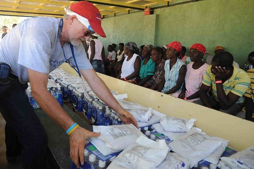 U.S. volunteers hand out food and water in Haiti