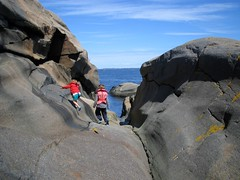 sommer rocks (Oluf Bckman) Tags: ocean summer norway kids island play hvasser svaberg