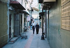 「 Film 」Walk along with you. (Skyeluke) Tags: 人文 柯達 底片 膠片 銀鹽 菲林 佳能 澳門 old people couple portra160 kodak alley f18 50mm eos55 canon film macau