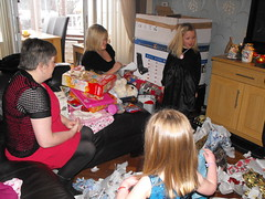 Christmas Day (Jimmy MacDonald[3]) Tags: laura scotland elizabeth alba glasgow presents grandkids 2009 macdonald christmasday glaschu eastrenfrewshire barrhead jimmymacdonald jimmymacdonaldswebsite ceannabhirr seumasmacdhmhnaill macdhmhnaill siorrachdrinnfrianear nicdhmhnaill lauranicdhmhnaill ealasaidnicdhmhnaill antsridmhr lrachlinsheumaismhicdhmhnaill