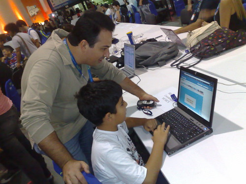 #cparty2010 Meu filho @enzobuzz aprendendo com o mestre @interney como fazer seu blog @verparacrescer bombar!