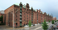 L Speicher (pirxorbit) Tags: brick history rain architecture port germany deutschland harbour bricks hamburg historic l block hafen speicherstadt regen speicher brickwork streetview nass 1888 sandtorkai storhouse brickandstone amsandtorkai storehousedistrict strasenseite