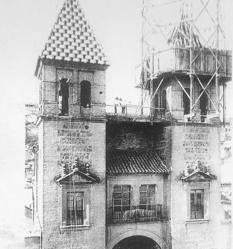 Restauración de la Puerta de Bisagra (colocación de la cerámica de Aguado)