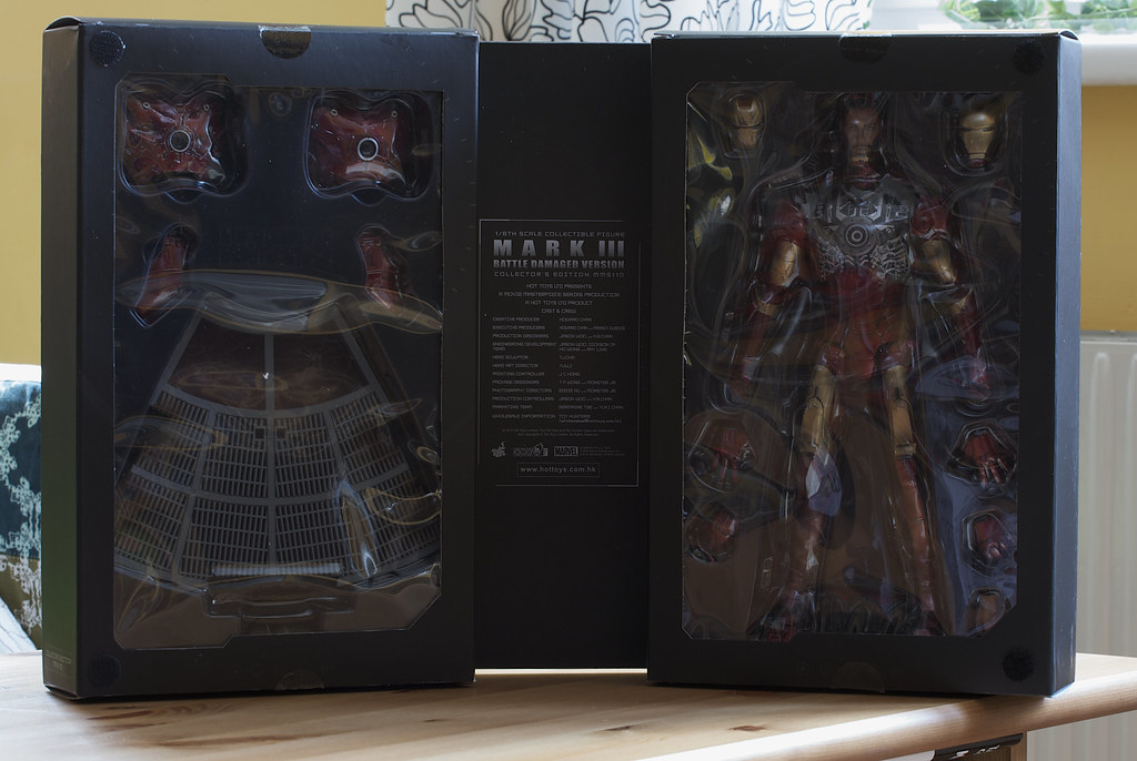 Hot Toys Battle Damaged Iron Man Mark III: Inside the box