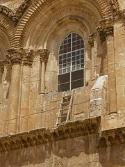 Immovable ladder on ledge over entrance to Church of the Holy Sepulchre (Seetheholyland.net)