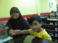 Qaisy dgn kakak ida (qall2008) Tags: di makan malam kedai