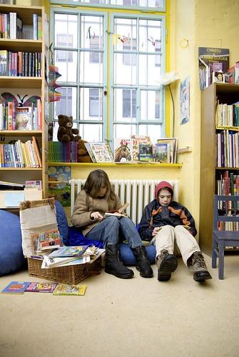 zwei lesende Kinder