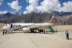 PIA/Pakistan International Airlines, Boeing 737-340, AP-BCA, Chitral, Pakistan (AlainDurand) Tags: pakistan mountain mountains airport aviation airlines pia airliners 737 boeing737 jetliners pakistaninternationalairlines chitral 737300 boeing737300 737340 worldairlines asianairlines apbca boeing737340