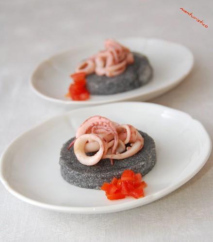 torta di polenta nera con calamaretti