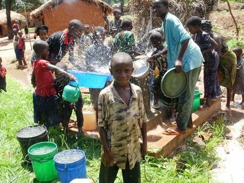 Comunidad Msimba celebrando llegada del agua del sistema Mkongoro II