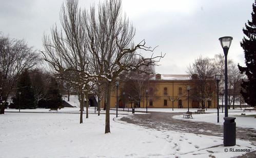 Vista de la Sala de Armas, escondida entre los árboles, en el interior de la Ciudadela. Se trata de un edificio de 1725 proyectado por el ingeniero Jorge Próspero de Verboon.