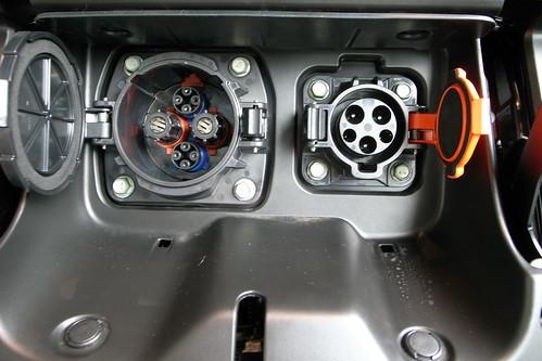 日産リーフの充電ポート(左が急速充電、右が普通充電に対応)