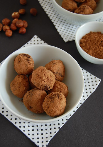 Chocolate, cinnamon and hazelnut truffles / Trufas de chocolate, canela e avelã