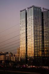 Marginal Pinheiros (Daniel Gotz) Tags: sunset sky building canon photography twilight construction cityscape traffic sopaulo powerlines prdosol gradient xsi marginalpinheiros ef50mmf14usm trfego eos450d