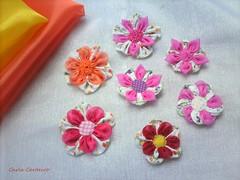 + flores de fuxico (Carla Cordeiro) Tags: handmade feitomo fuxico folded kanzashi fabricflower floresdetecido foldedflowers linhaeagulha agulhaelinha origamiemtecido flordefuxico floresdefuxico orinuno