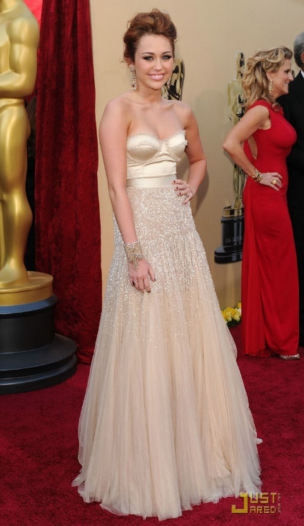 Oscars 2010 : Miley Cyrus. I'm waiting for a better close up picture because